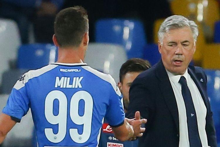Arkadiusz Milik berjabat tangan dengan Carlo Ancelotti saat terjadi pergantian pemain pada laga Napoli vs Verona di Stadion San Paolo, 19 Oktober 2019.