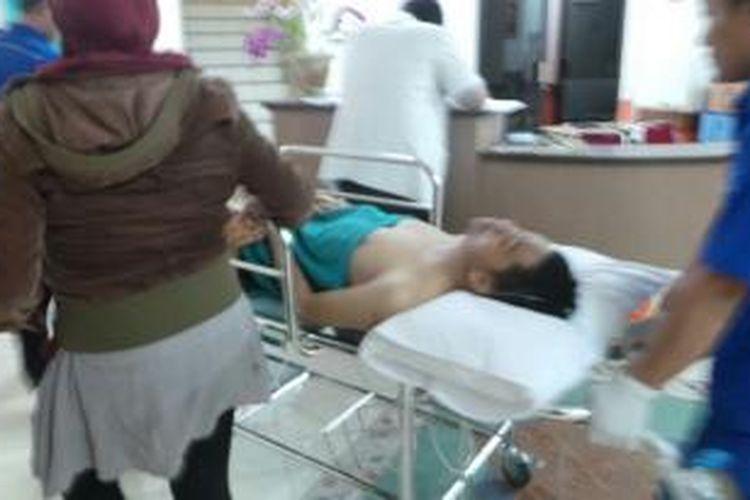 Safrizal (32) terluka parah di bagian rahang hingga pundak, Sabtu (21/9/2013) malam. Pemilik toko emas Cahaya Permata Bunda, Sukaraja, Bogor tersebut ditembak oleh komplotan perampok.