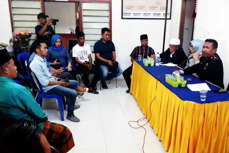 Pemerintah Desa Lamunre melakukan pertemuan dengan sejumlah pihak membahas persoalan cinta terlarang kakak adik yang membuat resah warga setempat, Minggu (28/7/2019)