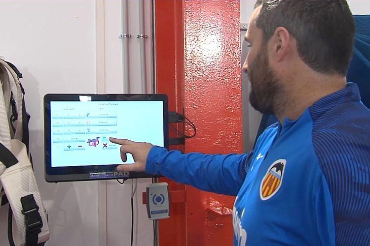 Asisten pelatih kebugaran Valencia menyiapkan alat kebugaran elektronik di markas latihan tim.
