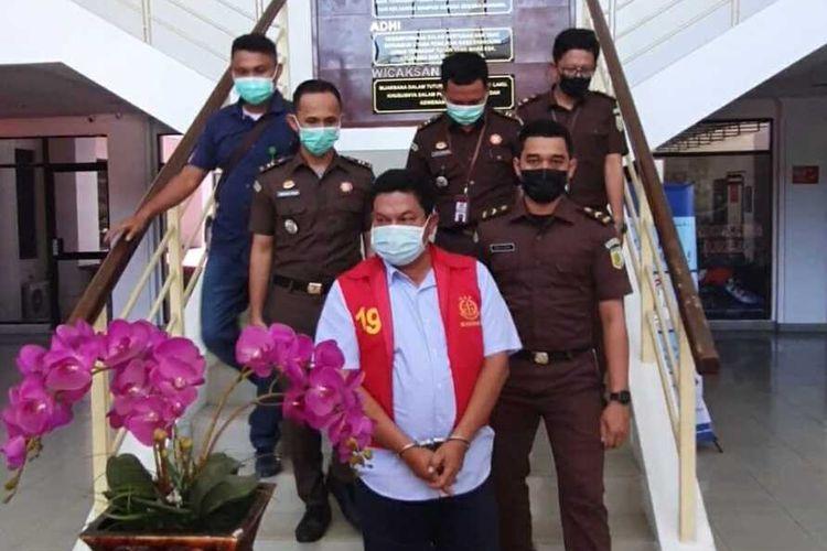 Kepala Dinas Perhubungan (Kadishub) Pemkot Batam, Kepulauan Riau (Kepri), Rustam Efendi resmi ditetapkan sebagai tersangka tindak pidana korupsi oleh Kejaksaan Negeri (Kejari) Batam.