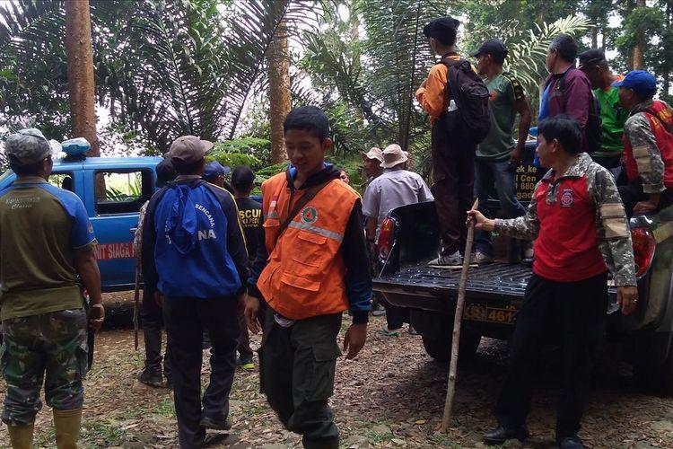 Relawan dikerahkan memburu babi hutan di lereng selatan Gunung Slamet Desa Kalisalak, Kecamatan Kedungbanteng, Kabupaten Banyumas, Jawa Tengah, Rabu (3/7/2019)