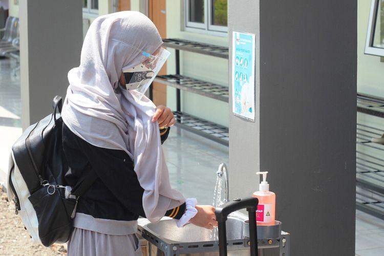 Siswa SMP Islam Cendekia Cianjur, Jawa Barat, mulai beradaptasi dengan kebiasaan mencuci tangan sebelum dan sesudah beraktivitas sebagai bagian dari penerapan protokol kesehatan Covid-19 yang harus dijalani selama masa karantina di asrama.