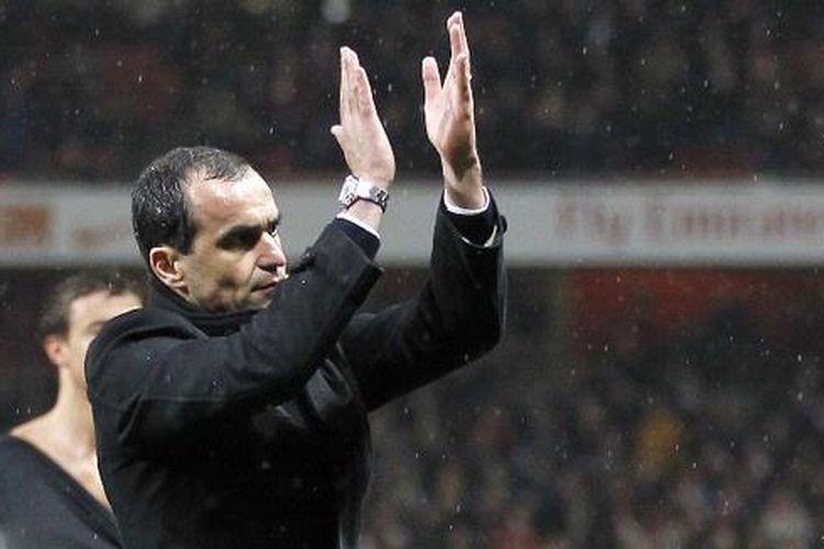 Manajer Wigan Athletic, Roberto Martinez, tetap memberi aplaus kepada para pemainnya meski kalah 1-4 dari Arsenal pada lenjutan Premier League, Selasa atau Rabu (15/5/2013) dan terpaksa terdegradasi.