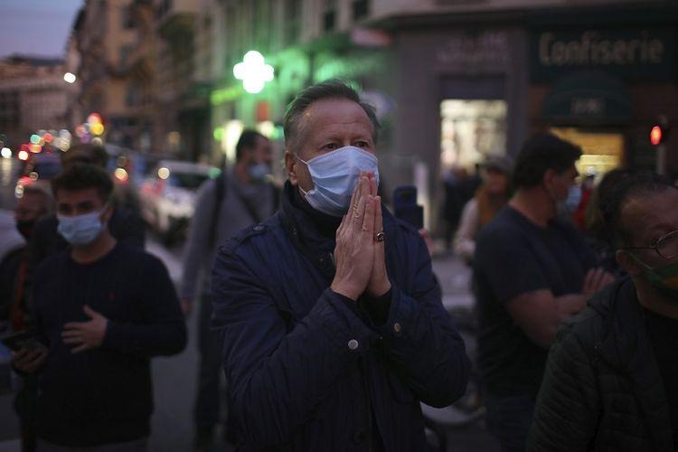 Seorang pria berdoa di jalan di luar gereja Notre Dame di Nice, Perancis selatan, setelah serangan pisau terjadi pada Kamis, 29 Oktober 2020.