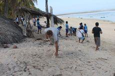 Wisman Ikut Membersihkan Sampah di Pantai Nemberala