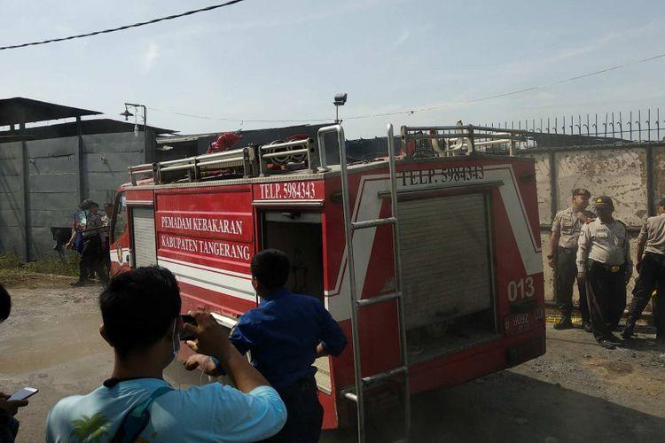 Sebuah mobil pemadam kebakaran tiba di lokasi gudang mercon yang terbakar pada Jumat (27/10/2017) pagi.