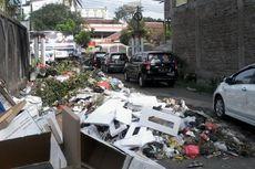 Tumpukan Sampah Ganggu Lalu Lintas di Makassar