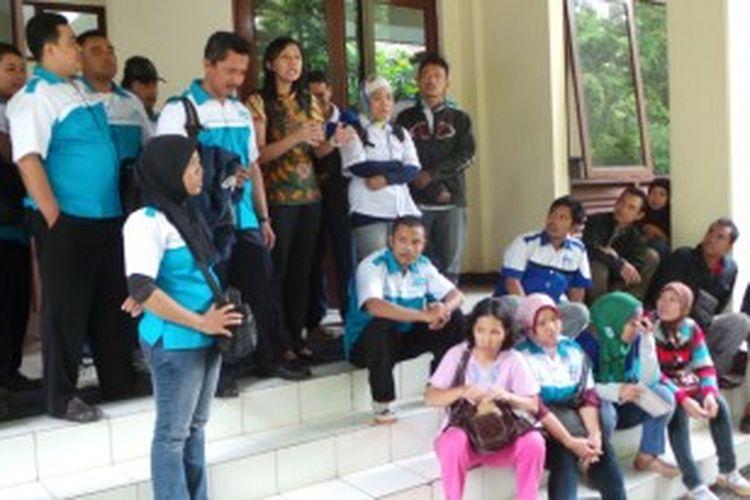 Kuasa Hukum Buruh dari LBH Jakarta Sudiyanti, tengah memberikan penjelasan kepada buruh 7 perusahaan yang menggugat Gubernur DKI Jakarta Joko Widodo di PTUN, Cakung, Jakarta Timur. Kamis (20/6/2013).