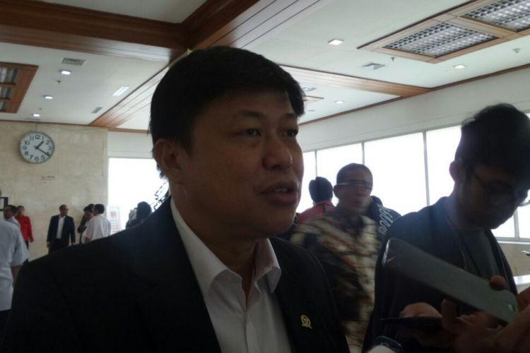Bendahara Fraksi PDI Perjuangan, Alex Indra Lukman di Kompleks Parlemen, Senayan, Jakarta, Kamis (24/8/2017)