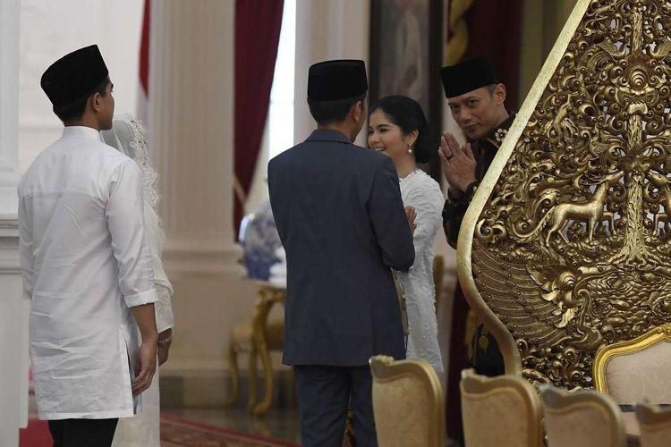 Presiden Joko Widodo (tengah) didampingi Ibu Negara Iriana Joko Widodo (kedua kiri) dan Kaesang Pangarep (kiri) saat menerima putra Presiden RI keenam Susilo Bambang Yudhoyono, Agus Harimurti Yudhoyono (kanan) dan istri Annisa Pohan (kedua kanan) di Istana Merdeka, Jakarta, Rabu (5/6/19). Presiden bersama Ibu Negara Iriana Joko Widodo, Wakil Presiden Jusuf Kalla dan Ibu Mufidah Kalla menggelar halalbihalal Idufitri 1 Syawal 1440 Hijriah di Istana Negara yang terbuka bagi masyarakat umum maupun pejabat negara.