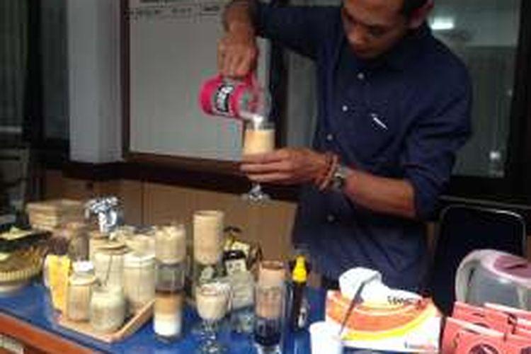 Yuri Dullah memamerkan Kopi Kebumen yang dibuatnya. Dia mengkreasikan Kopi Kebumen dengan citarasa laiknya kopi ekspreso dengan alat sederhana.
