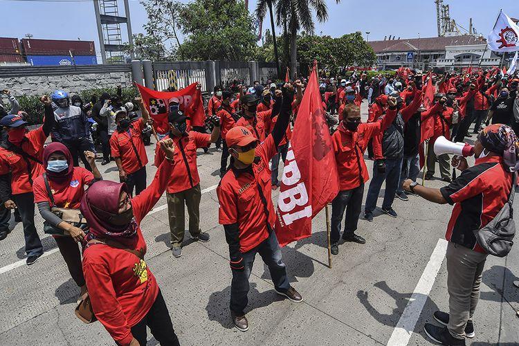 Sejumlah buruh yang tergabung dalam Konfederasi Persatuan Buruh Indonesia disingkat KP-KPBI melakukan aksi tolak UU Omnibus Law Cipta Kerja di kawasan Tanjung Priok, Jakarta, Selasa (6/10/2020). Buruh dari berbagai aliansi dan konfederasi berencana melakukan mogok nasional pada 6-8 Oktober 2020 untuk menolak Undang-undang (UU) Omnibus Law Cipta Kerja yang telah disahkan oleh DPR pada Senin (5/10/2020).