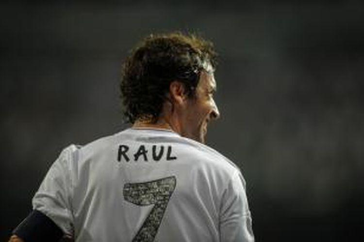 Reaksi Raul Gonzalez ketika tampil di event trofi Santiago Bernabeu antara Real Madrid vs Al-Sadd SC di Santiago Bernabeu, Kamis (22/8/2013.