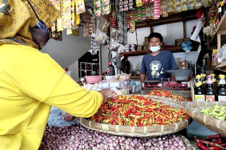 Seorang pengunjung pasar berbelanja di sebuah kios penjual cabai rawit di Pasar Legi, Kota Blitar, Selasa (2/3/2021).