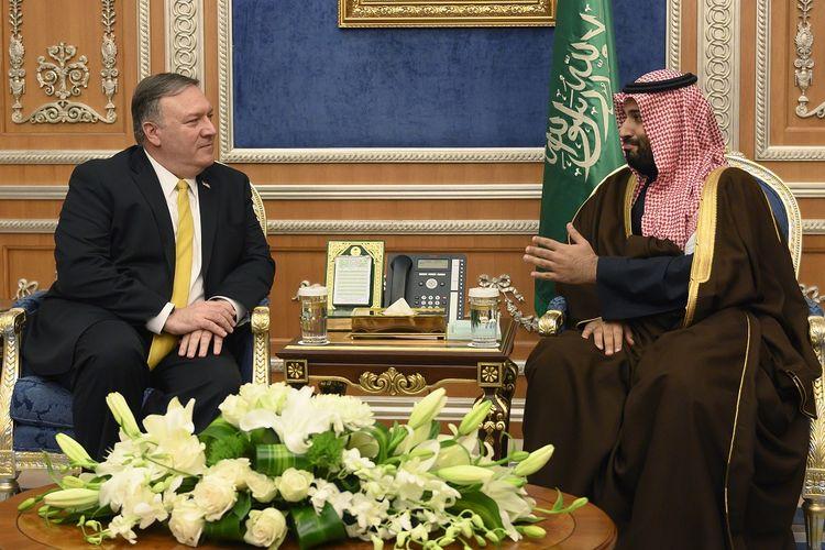 Menteri Luar Negeri Amerika Serikat MIke Pompeo ketika berbincang dengan Putra Mahkota Arab Saudi Mohammed bin Salman di Riyadh pada 14 Januari 2019.