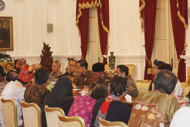 Suasana pertemuan Presiden Joko Widodo dengan seniman dan budayawan di Istana Merdeka Jakarta, Selasa (11/12/2018).