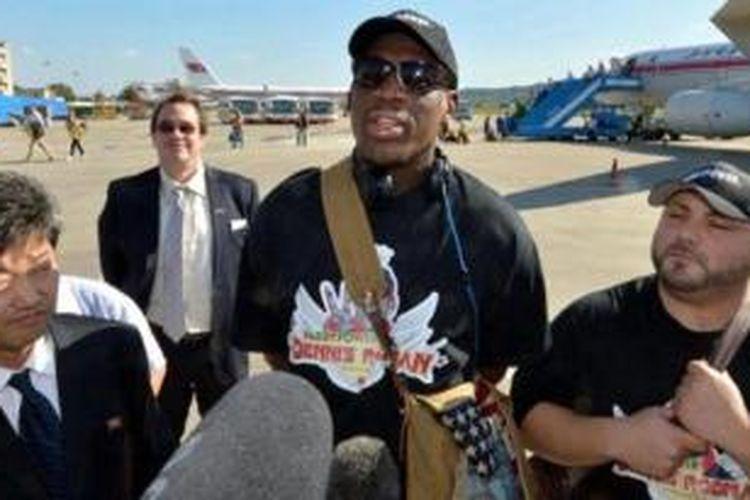 Mantan pebasket Amerika Serikat, Dennis Rodman (tengah) berbicara kepada media di bandara Beijing International, setelah kepulangannya dari Korea Utara.
