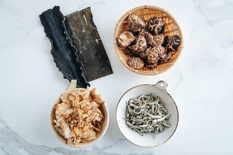 Kombu (rumput laut kering), Shiitake (jamur shiitake kering), Katsuobushi (serpihan ikan bonito yang dikeringkan), Iriko or niboshi (ikan teri atau ikan sarden yang dikeringkan)