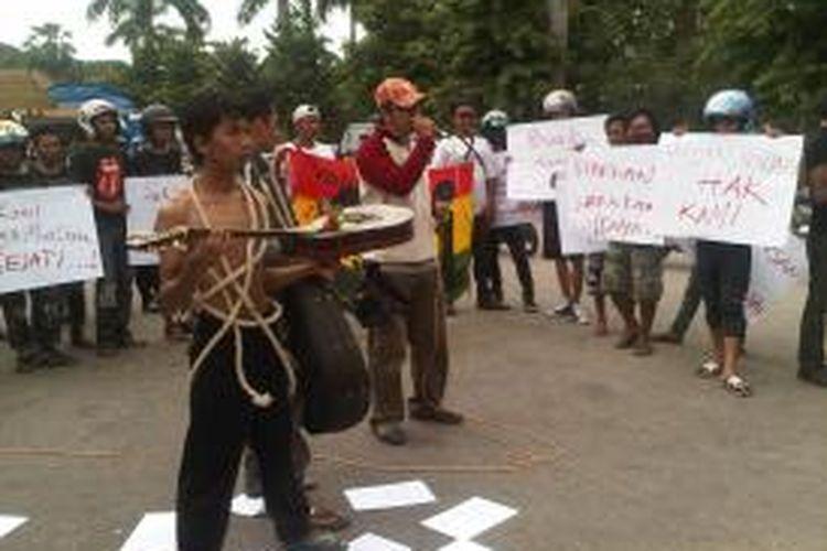 Seniman Pamekasan menggelar unjuk rasa menggugat matinya kesenian dan hiburan di Pamekasan, Rabu (20/11/2013).