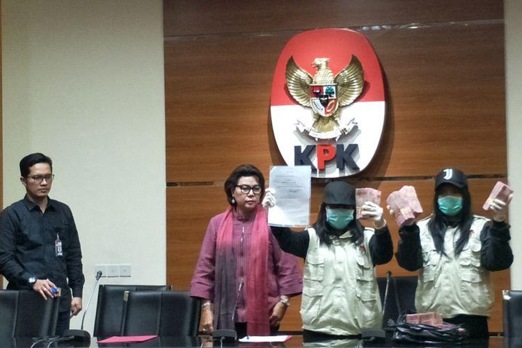 Komisi Pemberantasan Korupsi (KPK) menyita uang sebesar Rp 500 juta dari seorang staf sekaligus keponakan Wakil Ketua Komisi VII DPR Eni Maulani Saragih, Tahta Maharaya, dalam rangkaian operasi tangkap tangan pada Jumat (13/7/2018).
