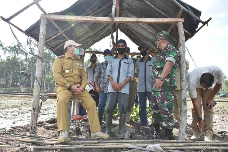 Gubernur Kepulauan Bangka Belitung Erzaldi Rosman bersama Forkopimda meninjau lahan persawahan di Desa Kerakas, Senin (28/9/20).