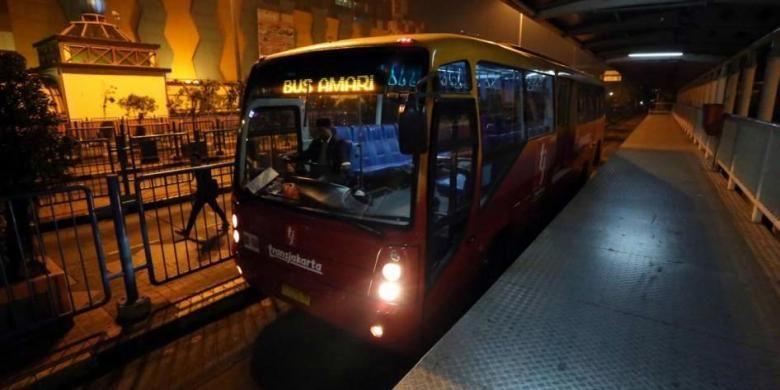 Bus transjakarta yang melayani angkutan malam hari (amari) di Halte Blok M, Jakarta Selatan, Selasa (3/6/2014) malam. Terkait rencana pengoperasian bus selama 24 jam, Unit Pengelola (UP) Transjakarta telah resmi mengoperasikan 18 armada transjakarta amari sejak 1 Juni.