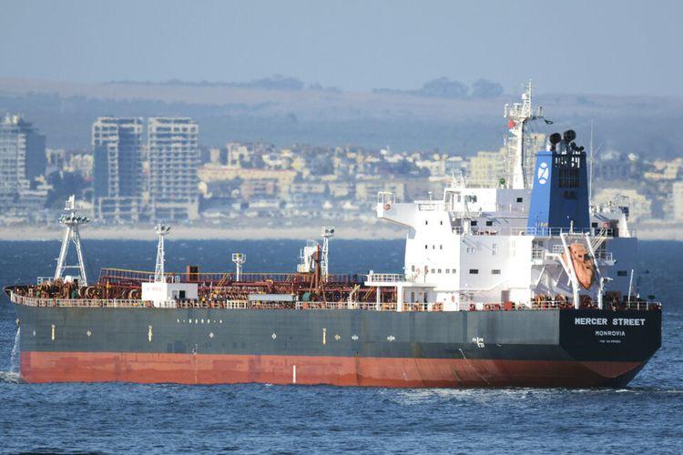 Kapal tanker minyak yang terkait dengan miliarder Israel dilaporkan diserang di lepas pantai Oman di Laut Arab, kata pihak berwenang Jumat, 30 Juli 2021,  rincian tentang insiden itu masih sedikit.