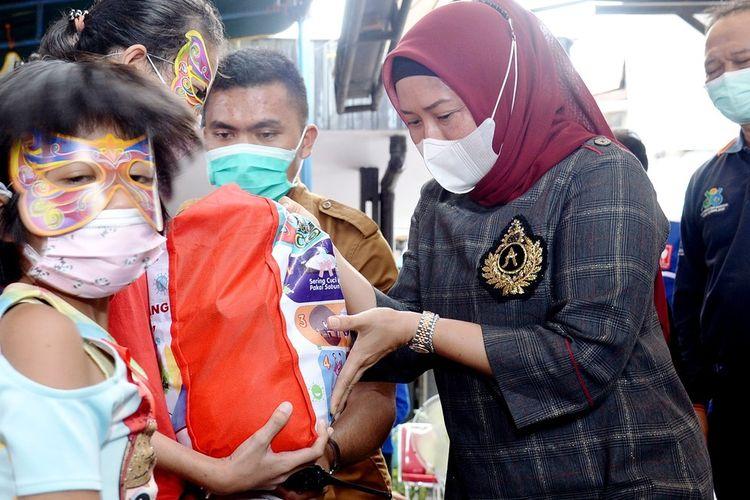 Wakil Ketua TP PKK Sumut Sri Ayu Mihari saat memperingati Hari AIDS Sedunia di Yayasan Medan Plus. Wakil Ketua KPAD Sumut Ikrimah Hamidy mengatakan, Kota Medan punya 200 lebih bayi yang terinfeksi HIV-AIDS, Rabu (23/12/2020)