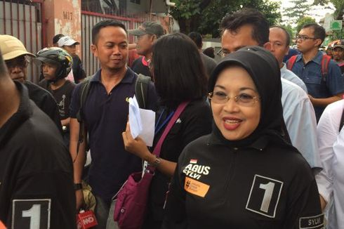 Sylvi Dengarkan Keluhan Praktik Jual Beli Lapak PKL di Trotoar