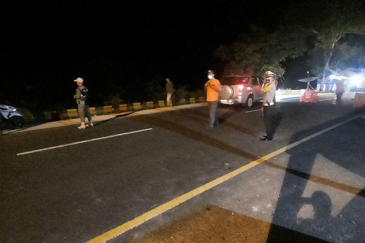 Foto-foto petugas Pos Gentong Polresta Tasikmalaya memeriksa dan memutarbalikan pemudik motor dan mobil yang hendak menuju Tasikmalaya dan wilayah Jawa Tengah, Sabtu (8/5/2021).