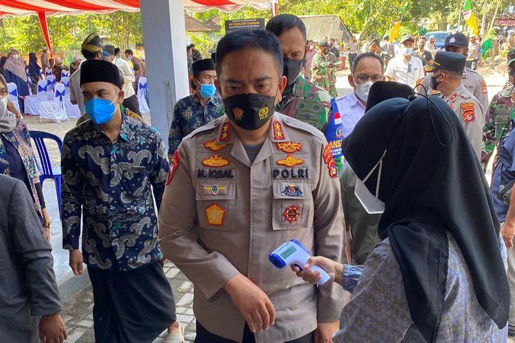 Kapolda NTB Irjen pol Muhammad Iqbal saat mengunjungi vaksinasi di Ponpes Darul Hikmah Darek Lombok Tengah