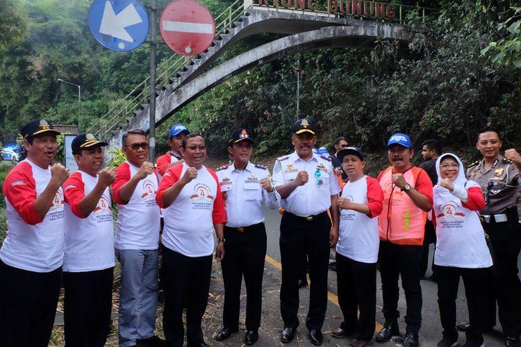 Dirjen Perhubungan Darat Budi Setiyadi bersama pihak terkait melaksanakan aksi bersih-bersih rambu dan perlengkapan lalu lintas di Kawasan Wisata Riung Gunung, Puncak, Bogor, Jawa Barat, pada (13/8/2019)