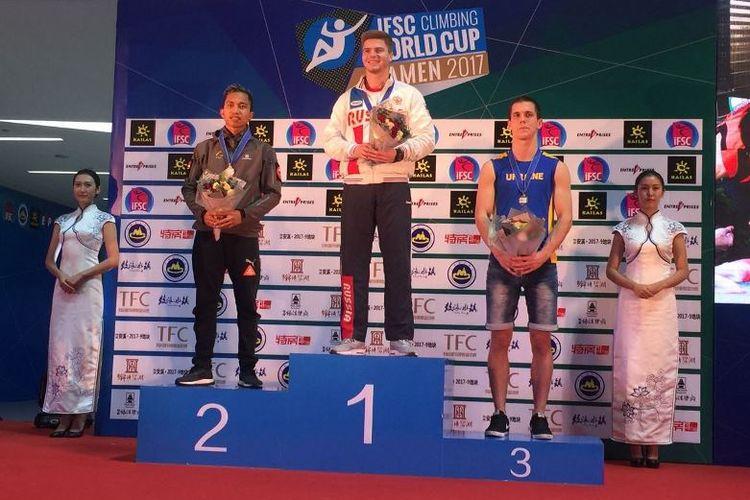 Aspar Jaelolo saat naik podium kedua nomor man speed Climbing World Cup 2017 di Xiamen, Minggu (15/10)