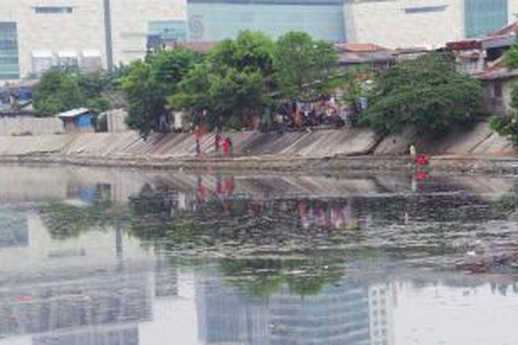 Kondisi Waduk Melati, Jakarta Pusat yang tampak dangkal terendap oleh lumpur dan sampah. Tak ada satu pun alat berat Dinas Pekerjaan Umum DKI untuk menormalisasi kawasan tersebut. Padahal Kepala Dinas PU DKI Manggas Rudy Siahaan menargetkan normalisasi Waduk Melati rampung akhir tahun 2013 ini.