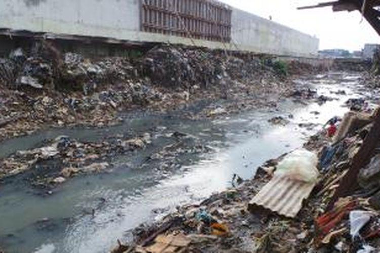 Kondisi permukaan Kali Cipinang, Jatinegara, Jakarta Timur. Sampah sebelumnya menutup permukaan kali itu. Rabu (12/2/2014).