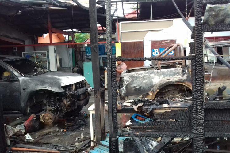 2 unit mobil yang hangus terbakar saat kebakaran sebuah rumah kost di Banjarmasin, Kalsel, pada Senin (23/12/2019) dinihari yang juga menewaskan 2 penghuninya.