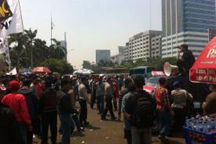 Sejumlah kelompok massa berunjuk rasa di depan gedung DPR RI, Senayan, Jakarta, Kamis (25/9/2014).