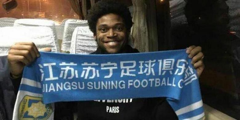 Luiz Adriano dengan syal Jiangsu Suning.