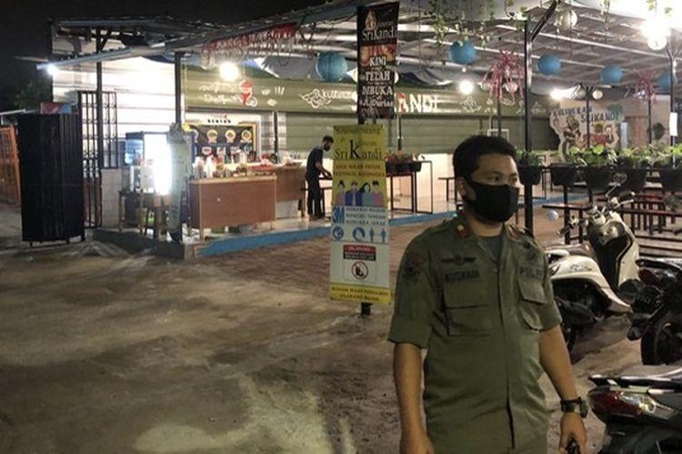 Satpol PP Jagakarsa melakukan pengawasan PSBB di sebuah pusat kuliner di Jalan Durian Raya, Jagakarsa, Jakarta pada Rabu (16/9/2020) malam. Pusat kuliner itu sempat terpergok aparat gabungan dalam operasi Yustisia pada Sabtu (26/9/2020).