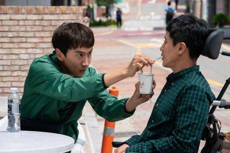 Lee Kwang Soo (kiri) dan Shin Ha Kyun dalam film Inseparable Bros
