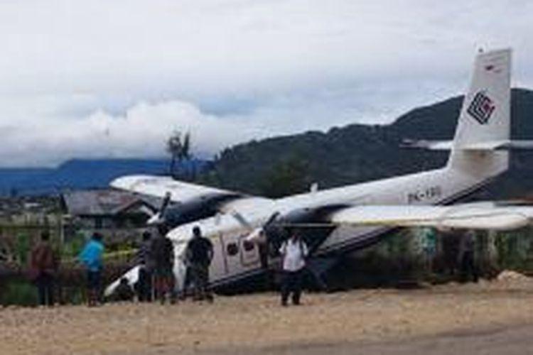 Pesawat Twin Otter Trigana Air PK-YRU masuk ke parit disamping landasan pacu setelah mengalami crash landing saat mendarat di Bandara Enarotali, Paniai, Minggu (11/1/2015) kemarin.