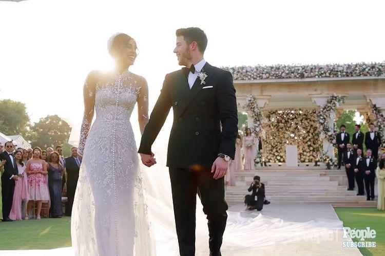 Priyanka Chopra dan Nick Jonas berjalan meninggalkan altar.