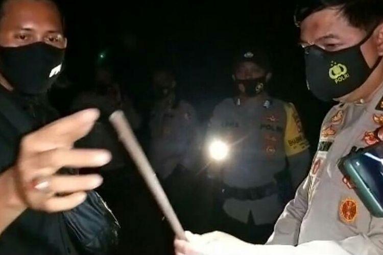 Kabag Penum Divisi Humas Mabes Polri, Kombes Ahmad Ramadhan menemukan sebatang pipa yang diduga menjadi bahan baku laras senjata api rakitan di rumah tersangka Upik Lawanga, Sabtu (19/12/2020).