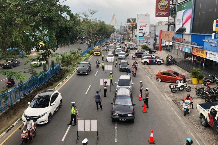 Petugas Satuan Lalu Lintas (Satlantas) Polresta Pekanbaru mulai melakukan pemeriksaan terhadap pengendara sehari sebelum PSBB di Kota Pekanbaru,  Riau, dalam rangka mencegah wabah Covid-19, Kamis (16/4/2020).
