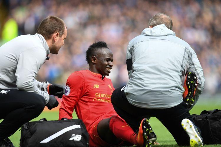Sadio Mane mengalami cedera saat Liverpool melawan Everton pada partai lanjutan Premier League - kasta teratas Liga Inggris - di Stadion Anfield, Sabtu (1/4/2017).