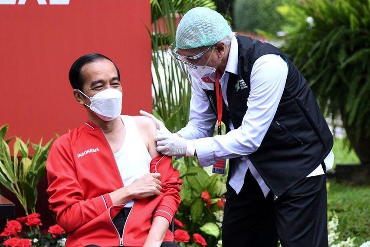 Presiden Joko Widodo (kiri) disuntik dosis kedua vaksin COVID-19 produksi Sinovac oleh vaksinator Wakil Ketua Dokter Kepresidenan Prof Abdul Mutalib di halaman tengah Istana Merdeka, Jakarta, Rabu (27/1/2021). Penyuntikan dosis kedua vaksin COVID-19 ke Presiden Joko Widodo tersebut sebagai lanjutan vaksinasi COVID-19 tahap pertama 13 Januari 2021 . ANTARA FOTO/HO/Setpres-Lukas/wpa/hp.