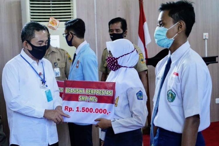 Bupati Pati Haryanto saat menyerahkan beasiswa secara simbolis kepada murid SD/MI dan SMP/Mts berprestasi