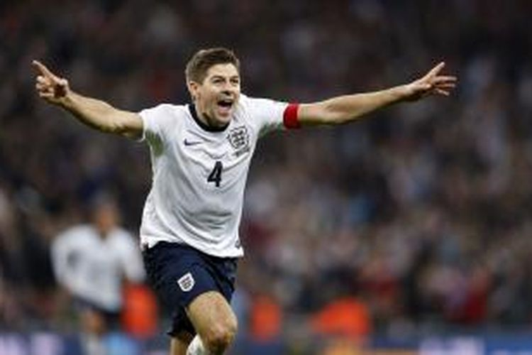 Gelandang Inggris Steven Gerrard merayakan golnya ke gawang Polandia, pada laga kualifikasi Piala Dunia 2014, di Wembley, Selasa (15/10/2013).