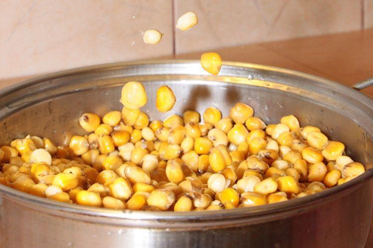 Ilustrasi jagung pipil yang dikukus.